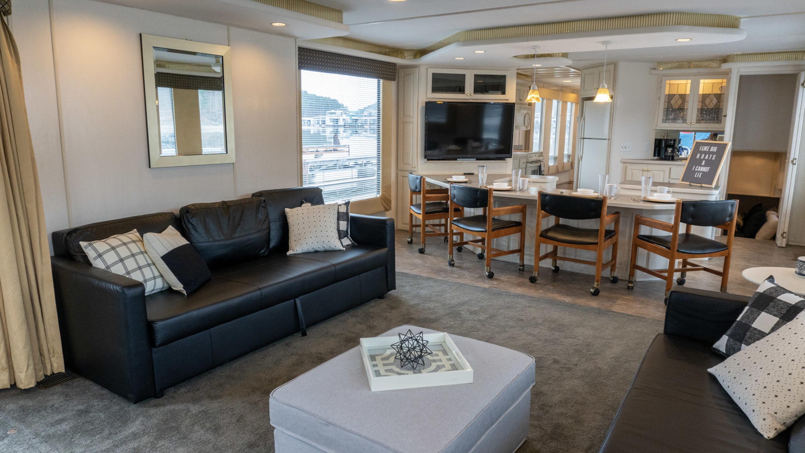 houseboat rental living room