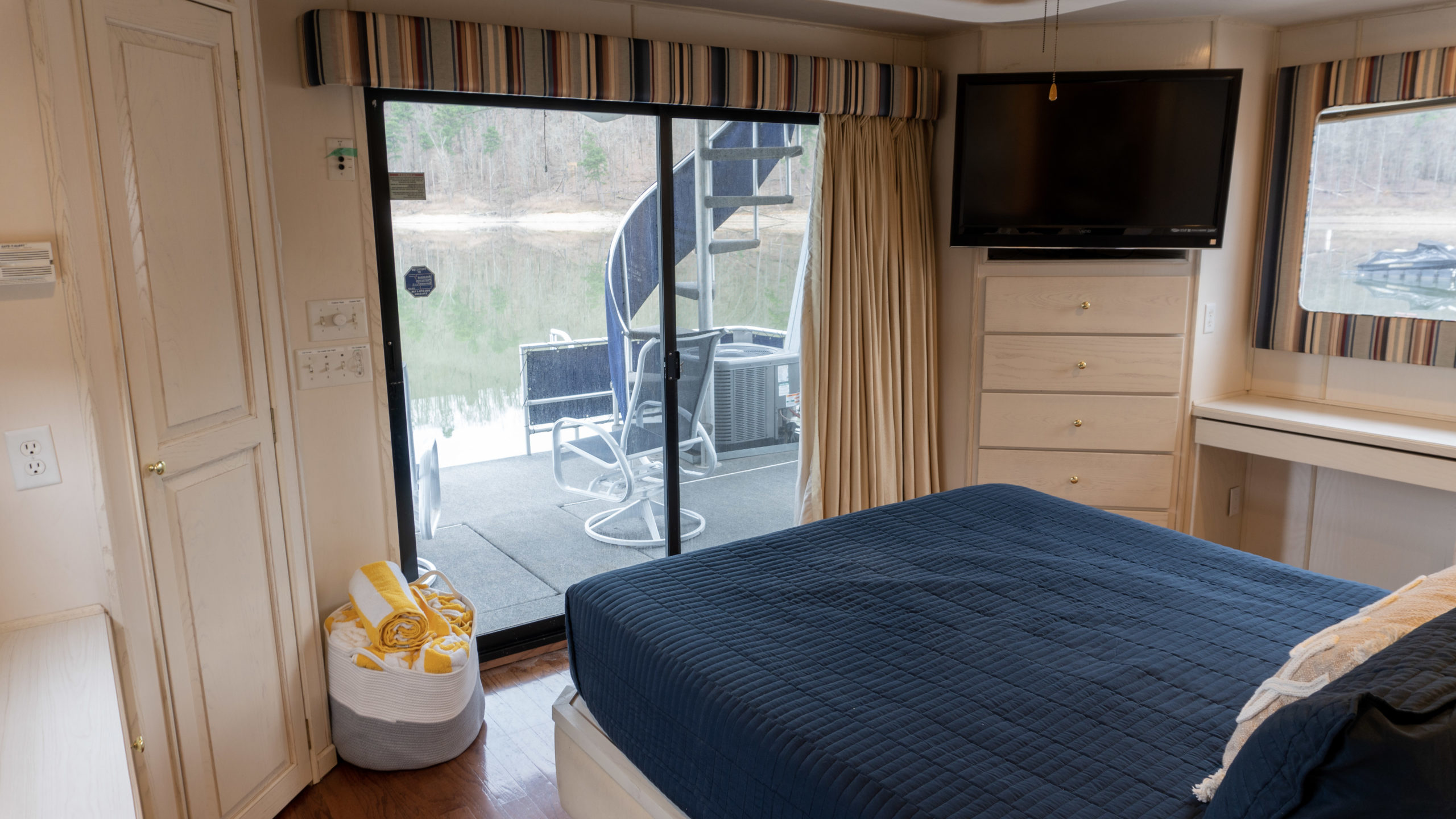 houseboat rental bedroom